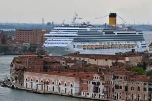 CROCIERE: COSTA RIPARTE DA 'FASCINOSA', NAVE TRANSITA LUNGO CANALE A VENEZIA